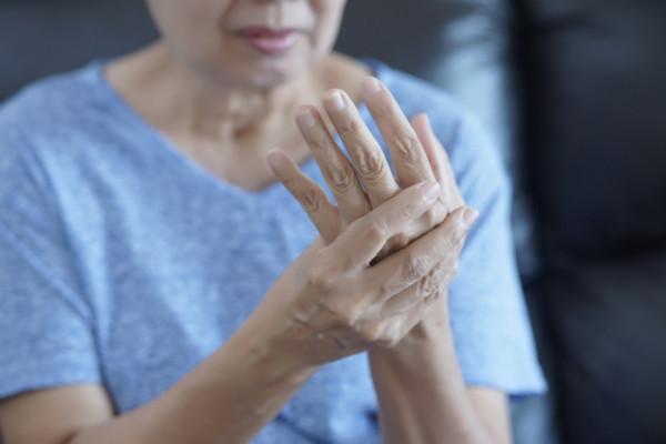 articulațiile umflate pe tratamentul mâinilor roseata durerii articulare a fetei