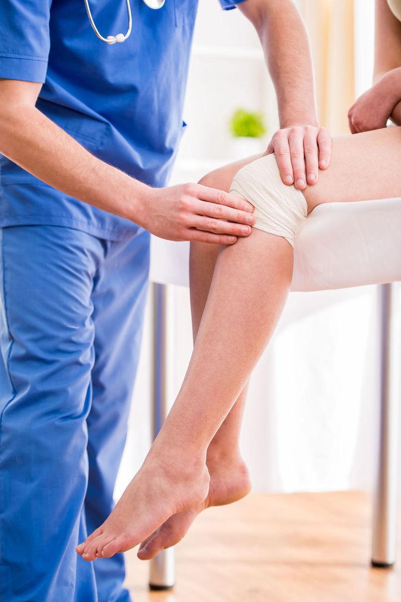 înlocuit piciorul umflării articulației genunchiului