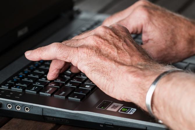 Articulațiile degetelor degetelor de la computer -
