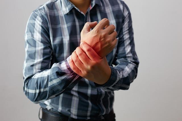 articulațiile coatelor și ale gulerelor doare